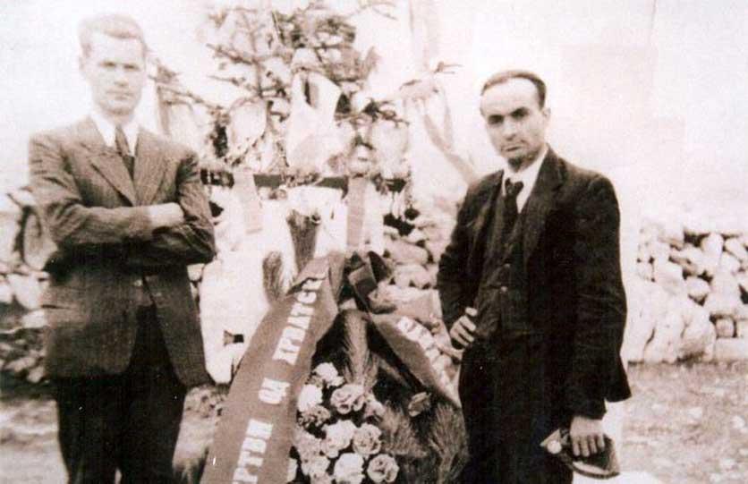 Aleksa (lijevo) 1941. godine na sahrani kuma Mitra Golijanina, poginulog u ustanku.