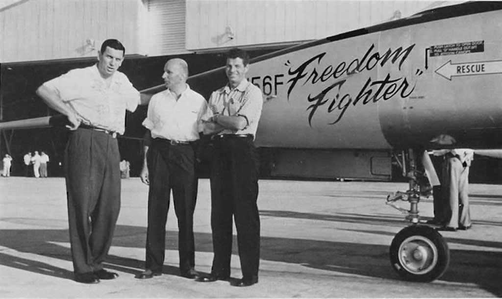 Veljko Gašić (prvi s lijeva) pored aviona F-5 koji je dizajnirao