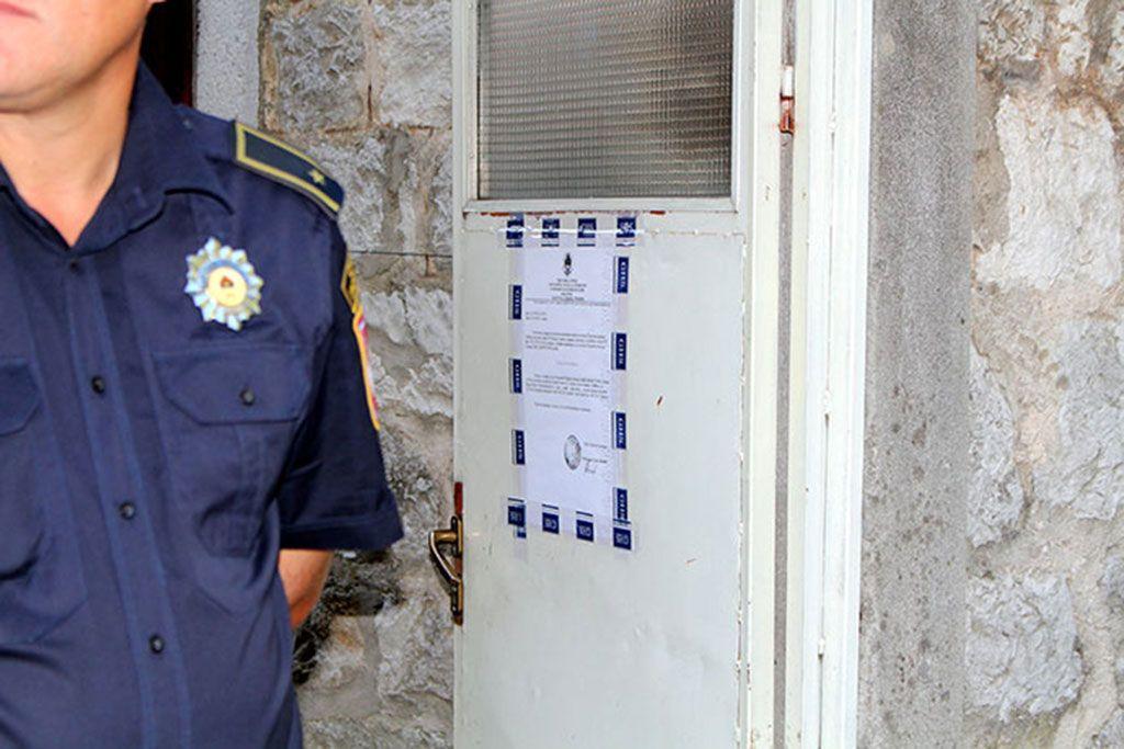 Uvjerenje Republičke uprave za geodetske i imovinsko-pravne odnose na ulazu, kojim se potvrđuje da je Miljan (Trifka) Đurković upisan u Knjigu uloženih ugovora kao vlasnik stana sa 1/1 dijela, izdato 1. septembra 2015. godine. (Foto: Moja Hercegovina)