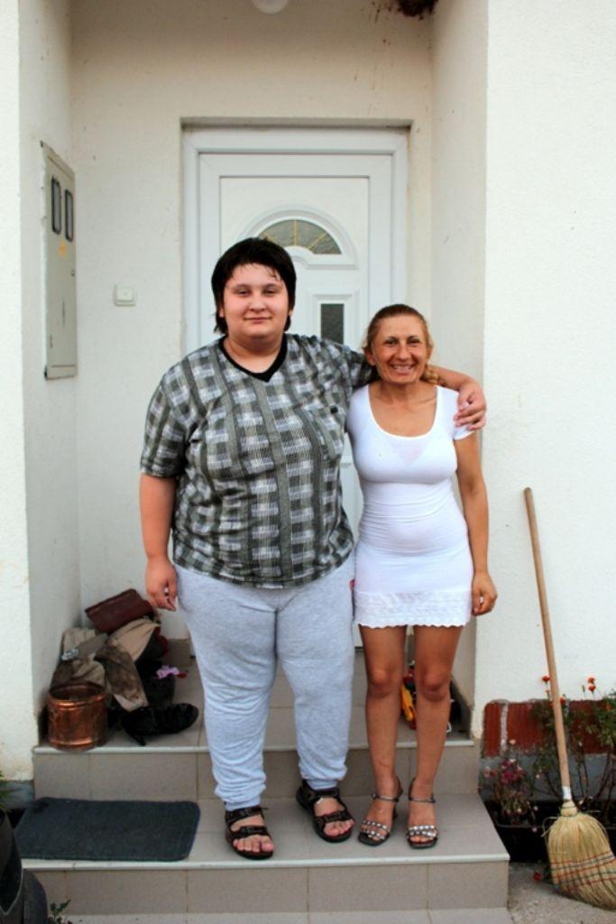 Petar i Sanela pred svojom kućom (FOTO: Moja Hercegovina)