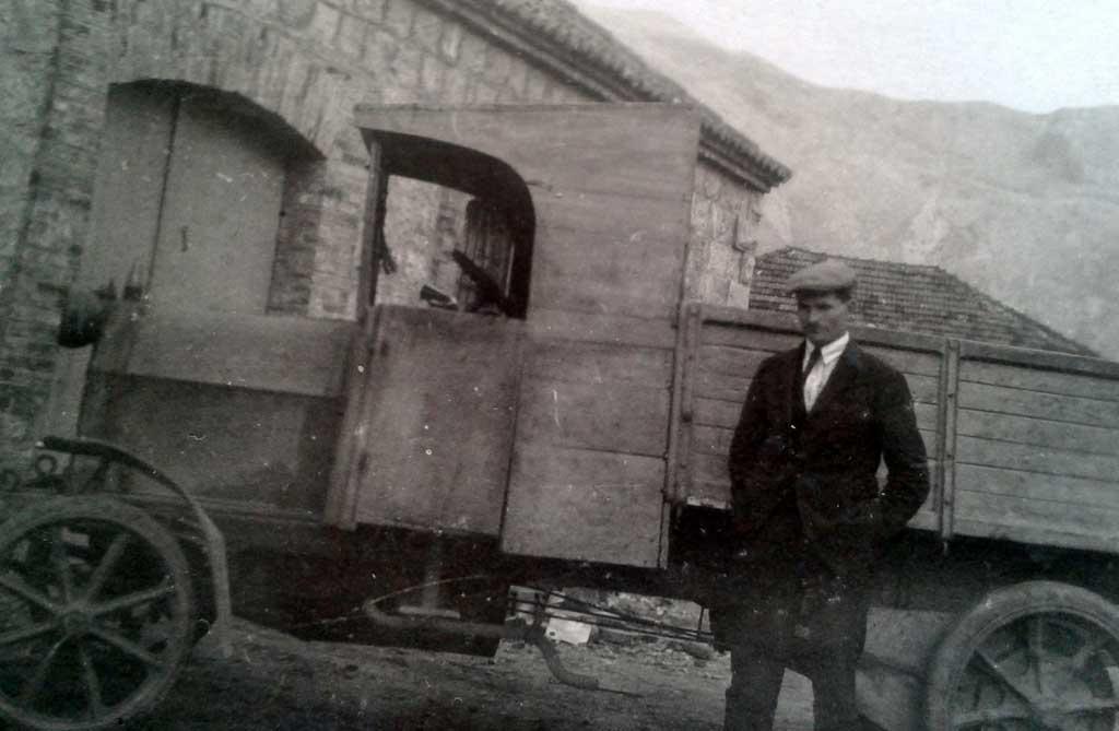 Први камион и гаража