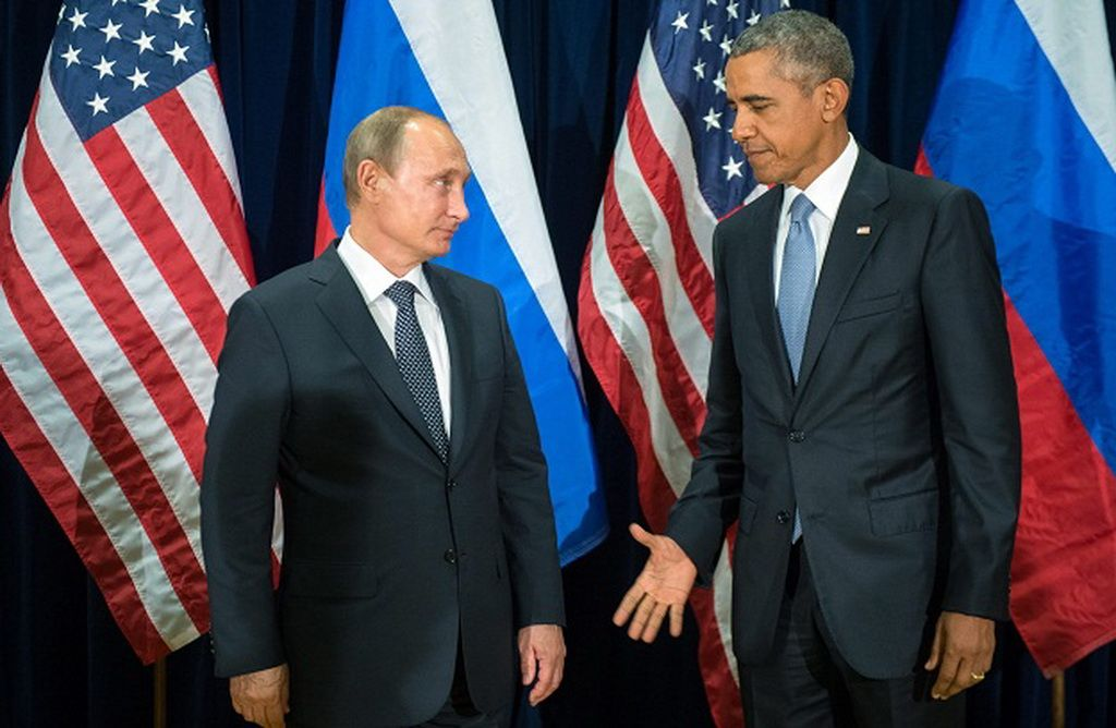 epa04955055 Russian President Valdimir Putin (L) and US President Barack Obama (R) shake hands for the cameras before the start of a bilateral meeting at the United Nations headquarters in New York City, New York, USA, 28 September 2015. Putin and Obama are in New York City to attend the UN 70th anniversary general assembly meetings. EPA/SERGEI GUNEYEV /RIA NOVOSTI / KREMLIN POOL MANDATORY CREDIT