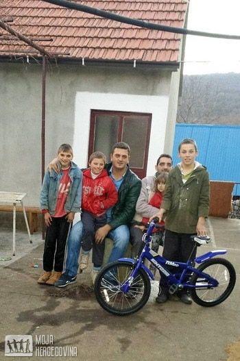 Ognjen, Đorđe, Jovica, Slaviša sa ćerkom Janom i Darko sa prvim biciklom