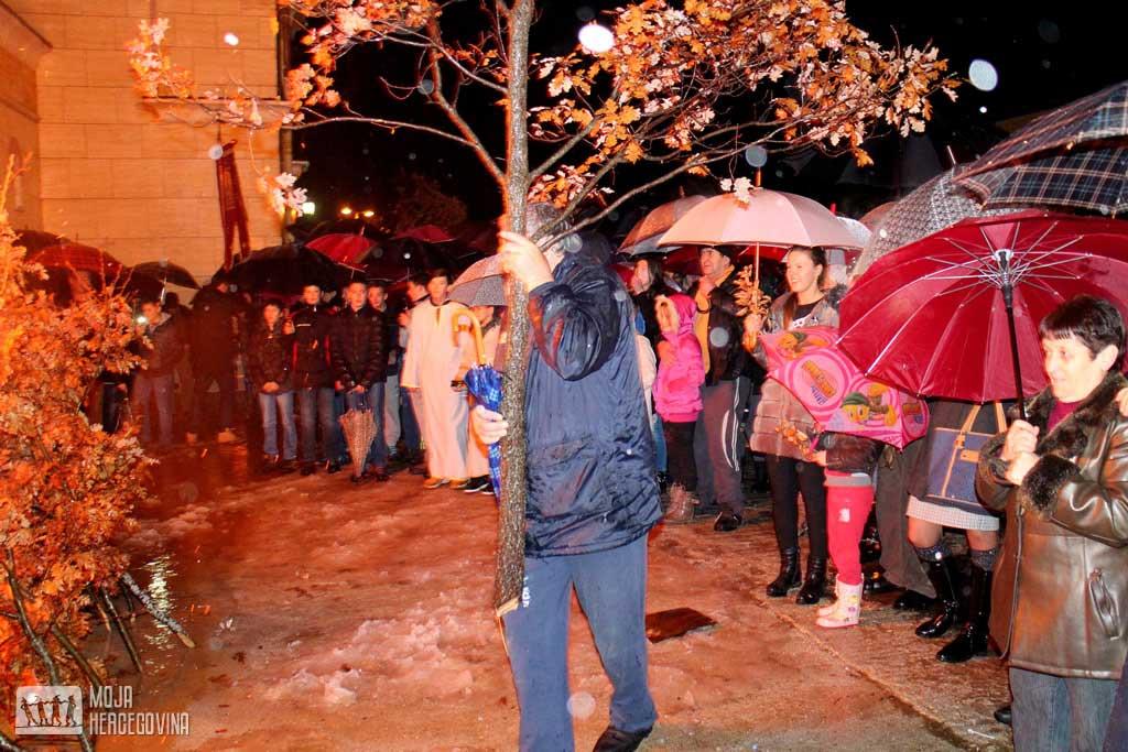 Badnjaci su se nalagali ispred svih hramova u gatačkoj parohiji