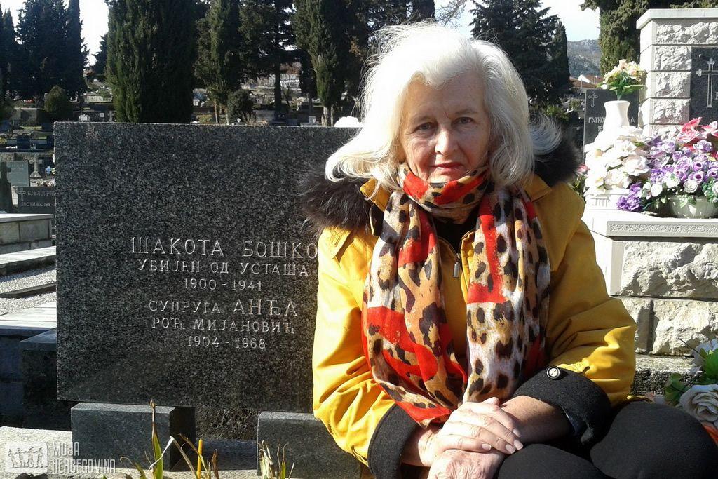 Slobodanka Tanović, ćerka Jefta Škora, na grobu Boška Šakote (FOTO: Moja hercegovina)