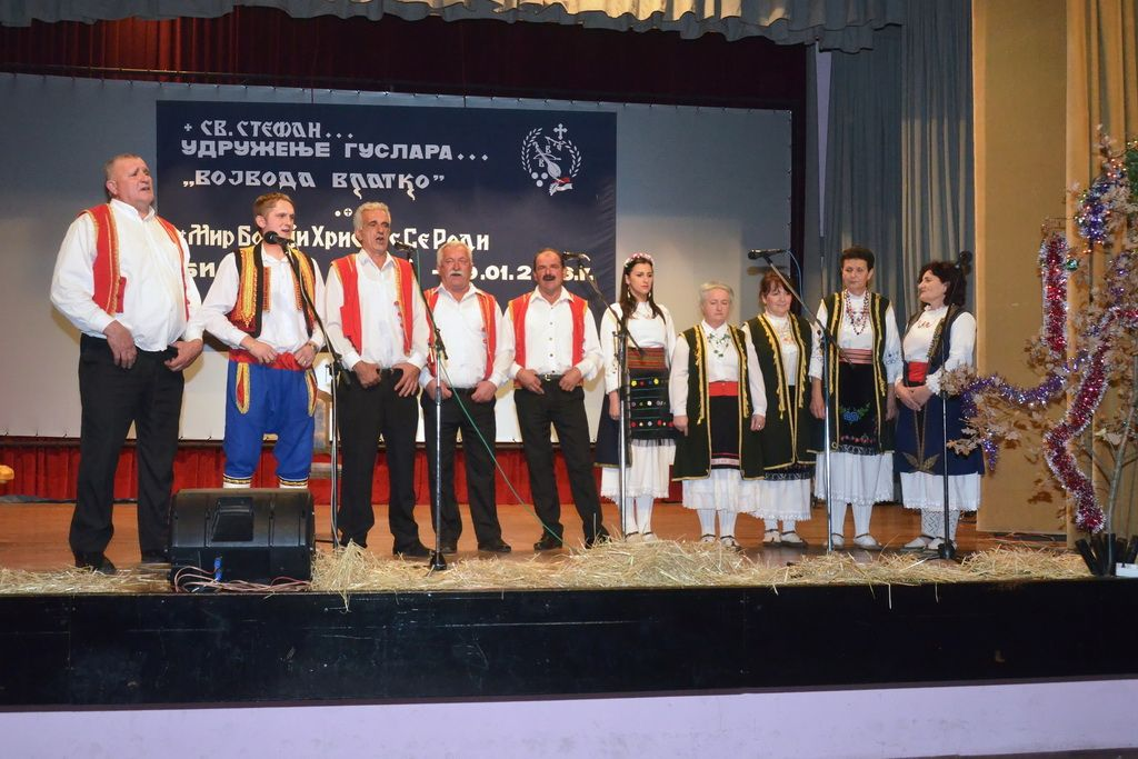 """Muška i ženska pjevačka grupa UGiEP-a """"Vojvoda Vlatko Vuković"""" (FOTO: Filip Kundačina)"""