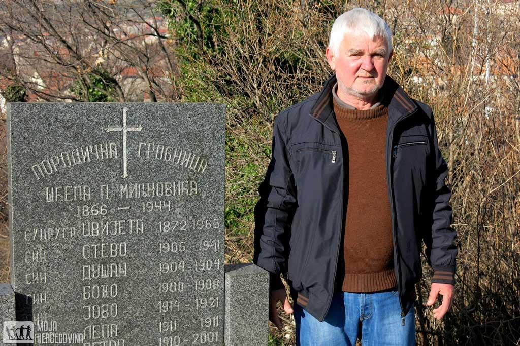 Branko MIljković nad grobnicom porodice Miljković u trebinjskom naselju Zasad (Foto: Moja Hercegovina)