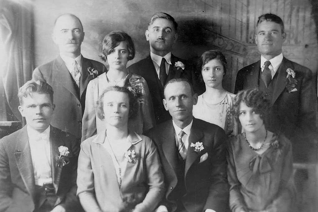 Милан Дутина (стоји у средини) на српском вјенчању у Њујорку; десно до њега супруга Петрица, а до ње његов најбољи пријатељ Видоје Стајчић, такође Љубињац