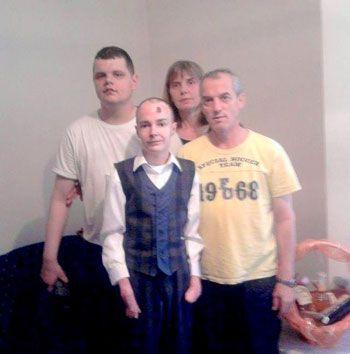 Mladen sa svojom porodicom pred odlazak na matursko veče