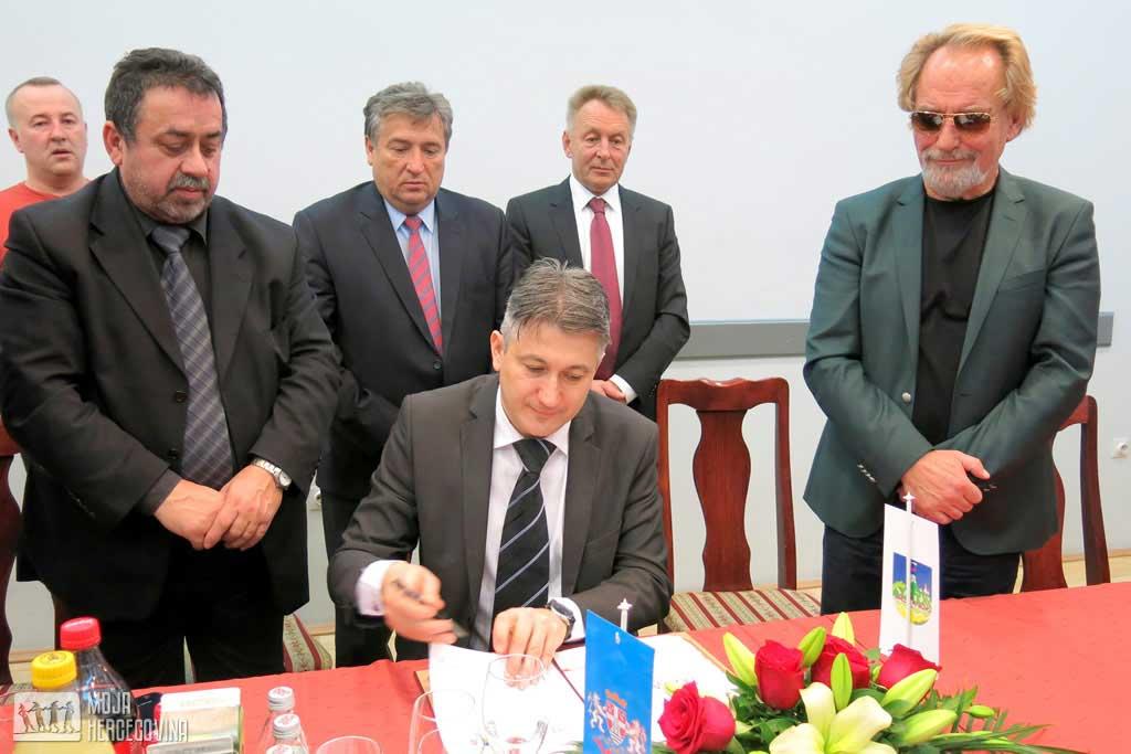 Potpisana povelja o bratimljenu Trebinja i Vršca (Foto: Moja Hercegovina)