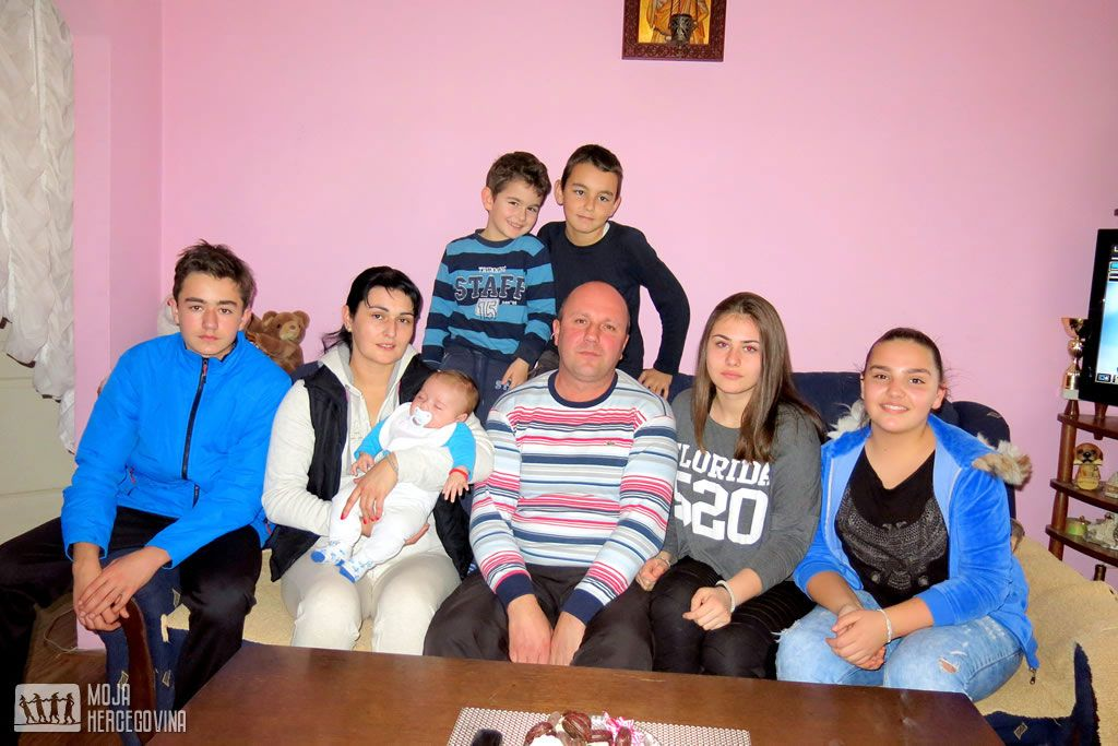 Osmočlana porodica Burani iz Trebinja (Foto: Moja Hercegovina)