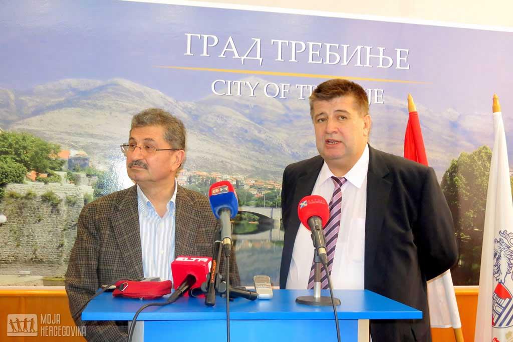 Potpredsjednik TIKA-a Sureja Polat i gradonačelnik Trebinja Slavko Vučurević (Foto: Moja Hercegovina)