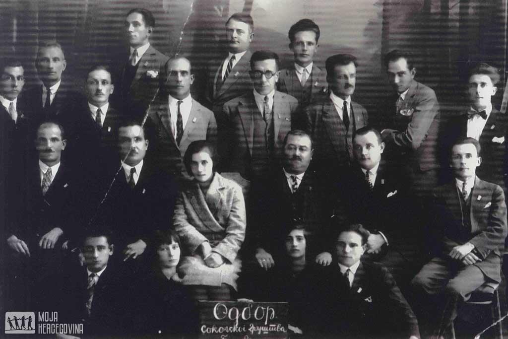 Odbor Sokolskog društva: Sokolović sjedi u drugom redu, prvi slijeva