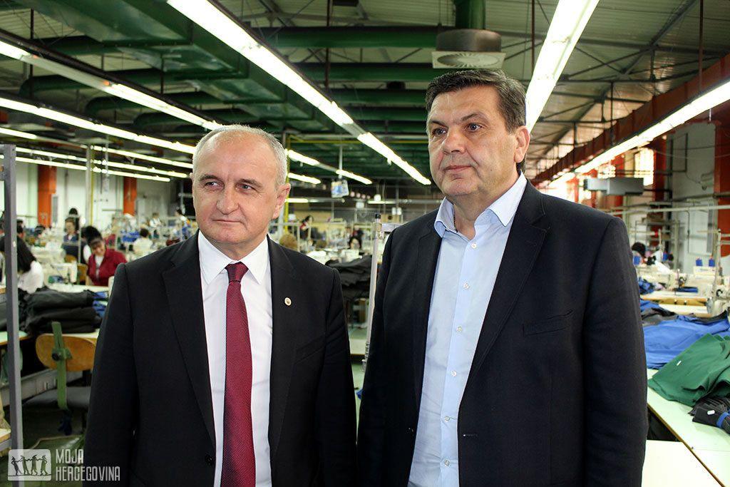 """Petar Đokić i Šućko Hadžijakupović u trebinjskom """"Trendteksu"""" (FOTO: Moja Hercegovina)"""