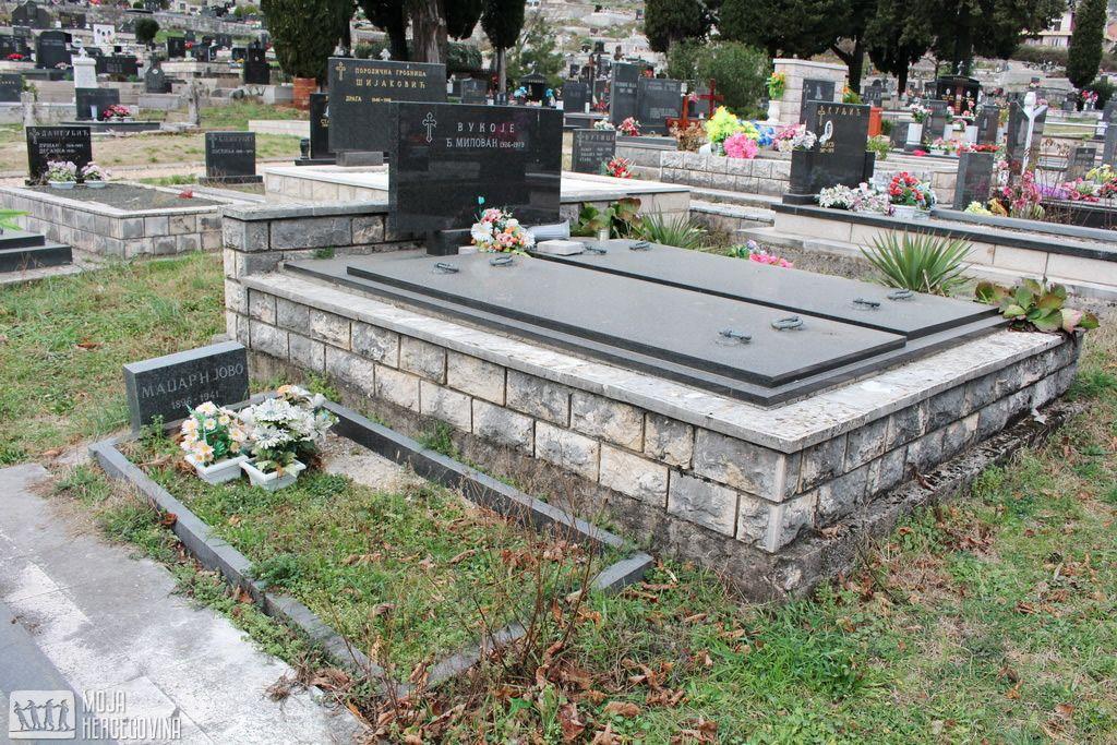 Spomen-ploča i cvijeće na praznom grobu Jova Madžara (FOTO: Moja Hercegovina)