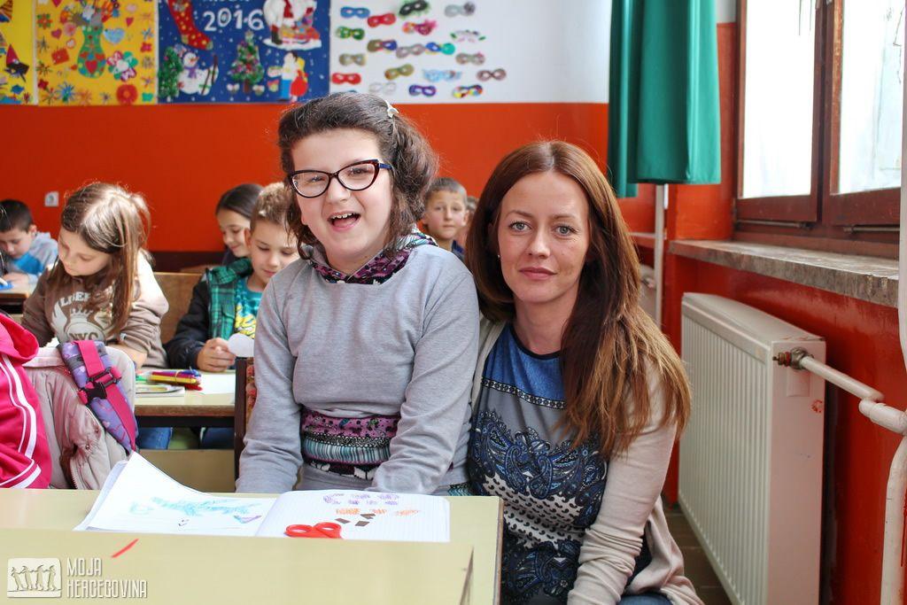 Marina sa učiteljicom Sanjom Milić (FOTO: Moja Hercegovina)