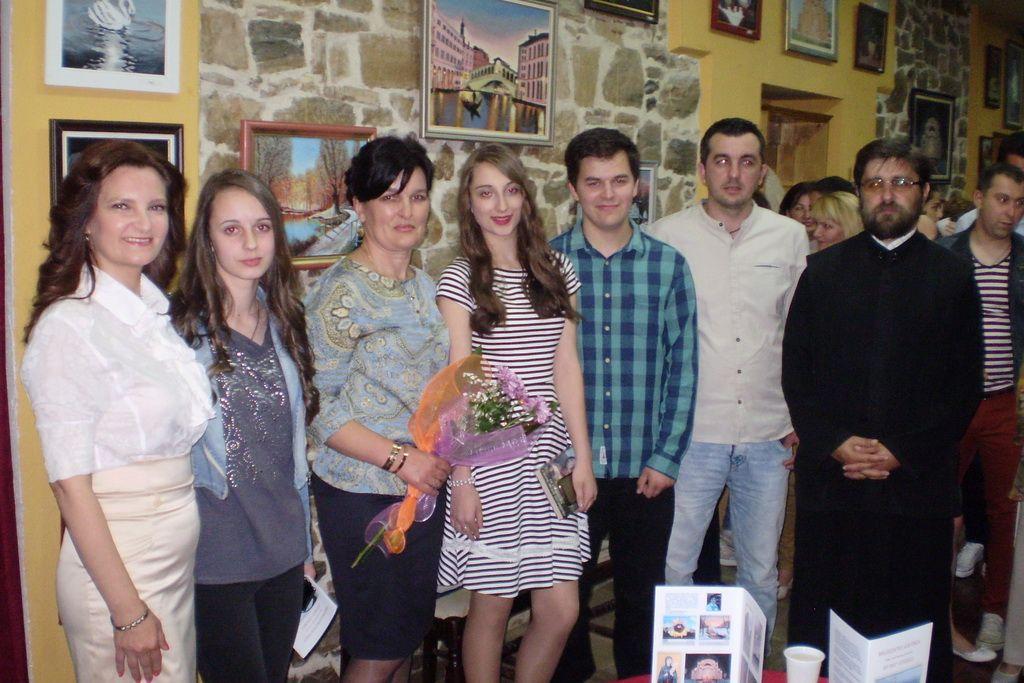Autorka Milidarka Bjelica (sa cvijećem u ruci)