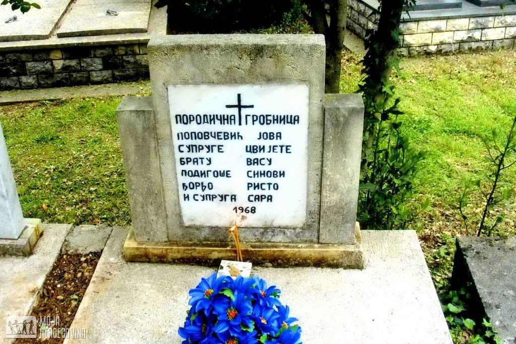 Гробница породице Поповчевић у гробљу манастира Тврдош