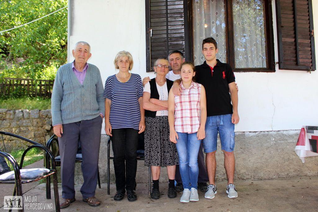Gordana sa dijelom svoje velike porodice u Bijeljanima (FOTO: Moja Hercegovina)
