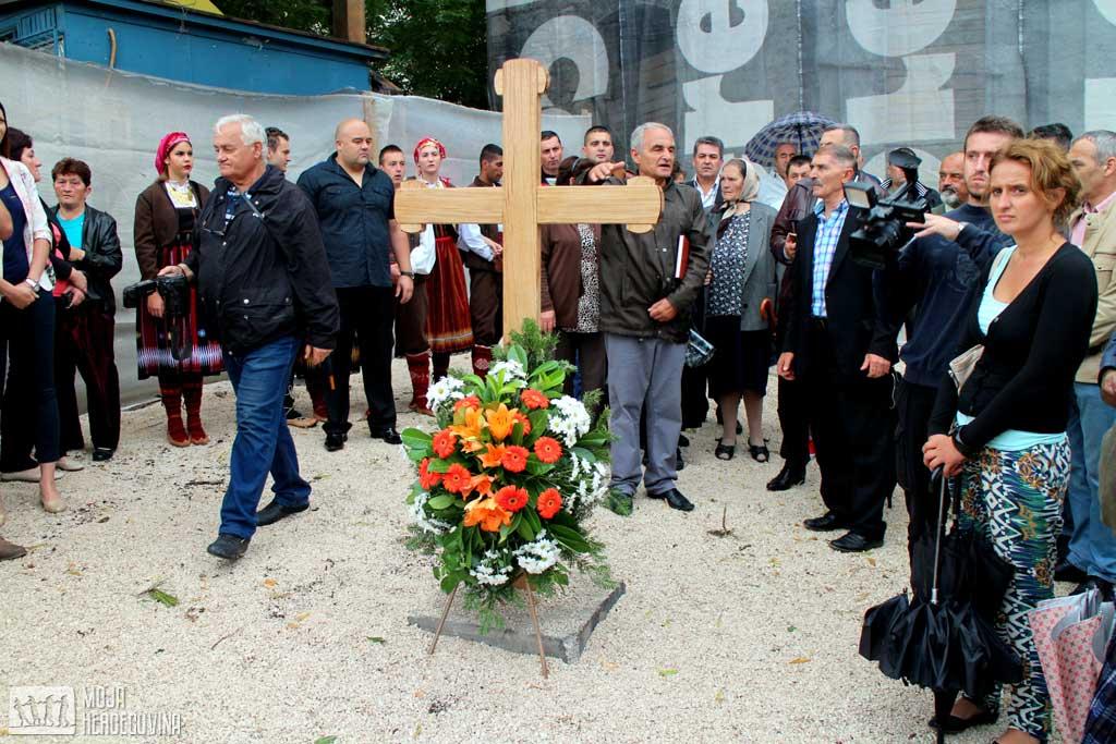 Osveštan krst na mjestu gdje će biti urađeno spomen-obilježje poginulim borcima u Odbrambeno-otadžbinskom ratu (Foto: Moja Hercegovina)