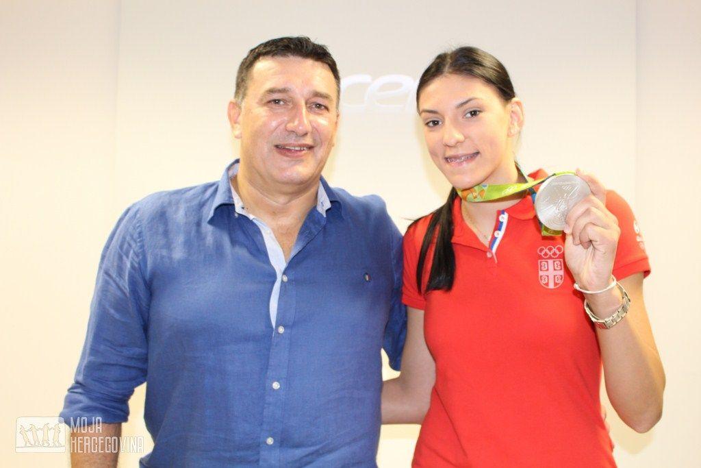 Tijana sa ocem Ljupkom na doćeku u Bileći (FOTO: Moja Hercegovina)