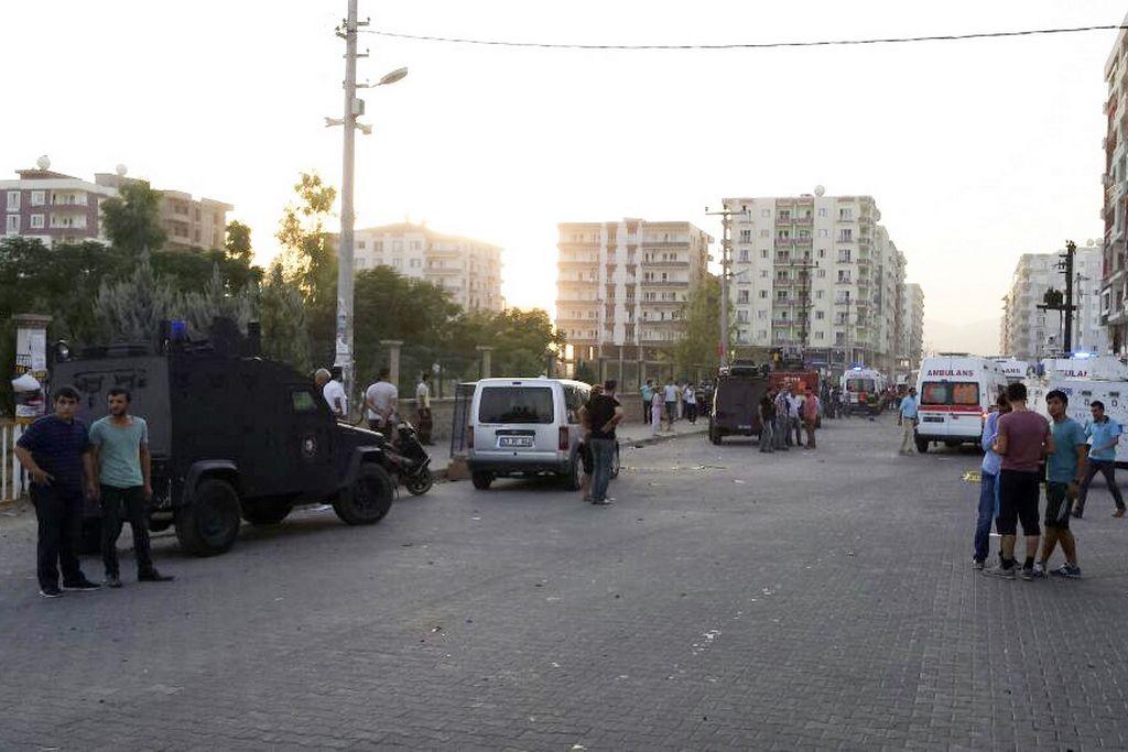 U napadu terorista PKK u srijedu u mjestu Kiziltepe u Mardinu ranjeno je više policajaca i civila, javlja Anadolu Agency (AA). Napad je izveden na putu u mjestu Kiziltepe u Mardinu, u trenutku kada je prolazilo policijsko vozilo. Naime, aktiviran je automobil bomba koji je bio parkiran pored samog magistralnog puta u momentima kada je tim putem prolazilo policijsko vozilo. Prema posljednjim informacijama, u napadu je ranjeno više pripadnika policije i civila. Ranjeno su prebačeni u najbliže bolnice u Mardinu. ( Adnan Koçhan - Anadolu Agency )