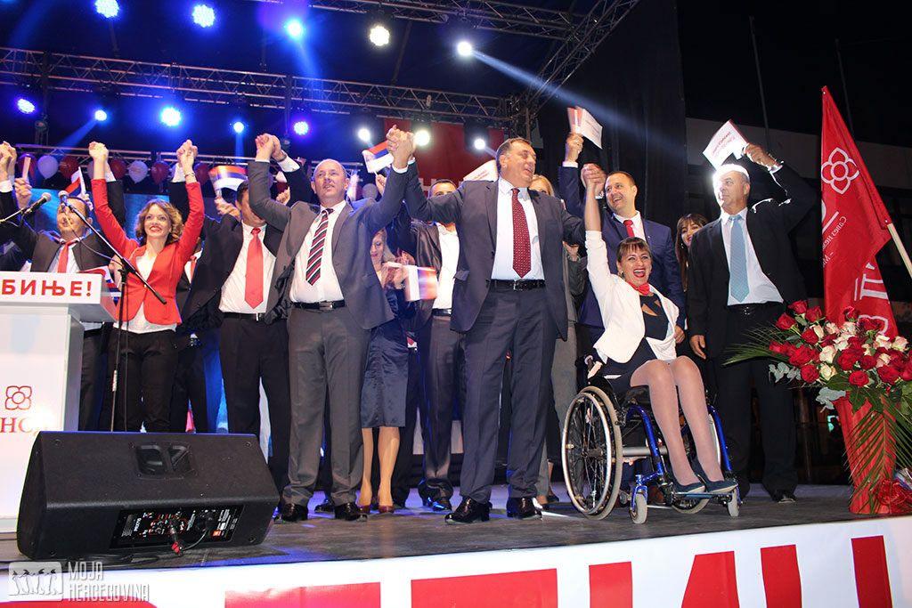 Luka Petrović i Milorad Dodik na završnoj tribini SNSD-a u Trebinju (FOTO: Moja Hercegovina)