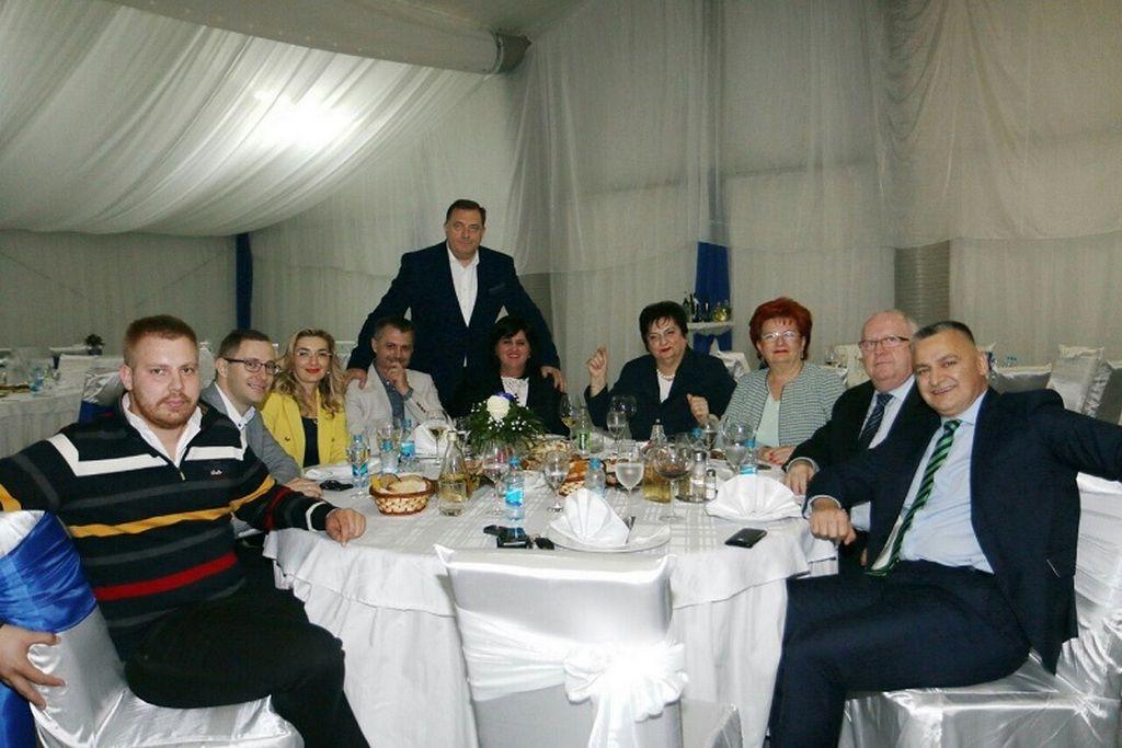 Savjetnik Stefan sa svojim poslodavcem Miloradom dodikom i ekipom iz SNSD-a