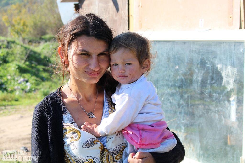 Pasionka Hadžović sa svojim najmlađim djetetom (FOTO: Moja Hercegovina)