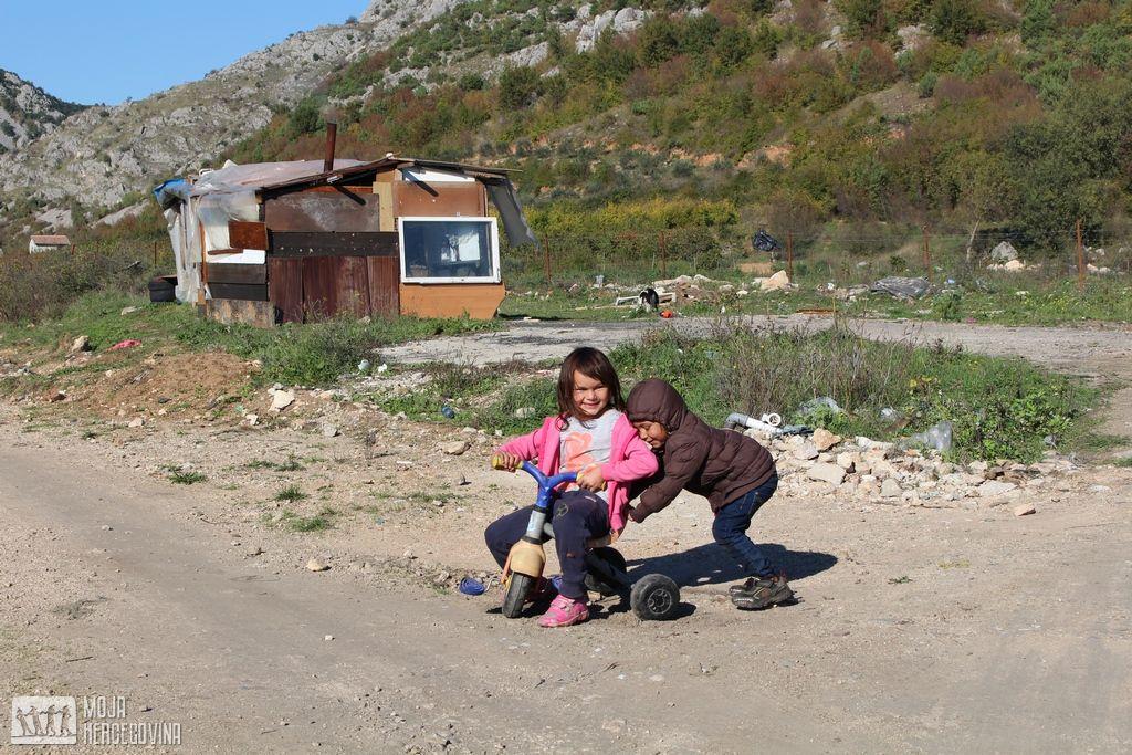 Romska djeca se igraju pred svojom barakom u stolačkom naselju Radimlja (FOTO: Moja Hercegovina)