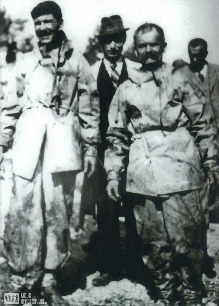 Rade Gurović i Jefto Škoro vade posmrtne ostatke iz Pridvoračke jame (FOTO: Sikimić)