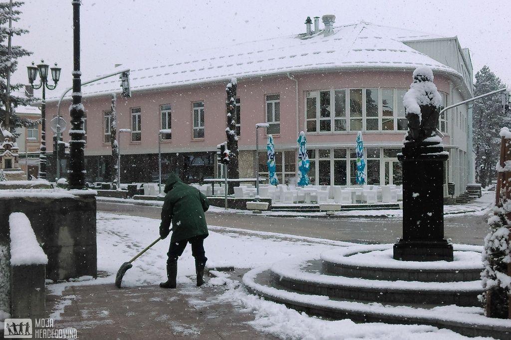 Lopate za snijeg su iz ostave izvadili radnici Komusa (FOTO: Moja Hercegovina)
